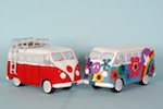 Flower Power bus en rood-wit VW bus