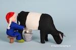 De boerin melkt de koe